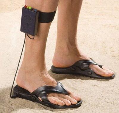 Sandali-metal-detector-per-trovare-soldi-sulla-spiaggia