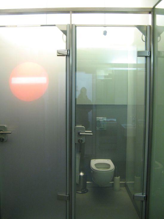 bagno-con-porta-di-vetro-trasparente