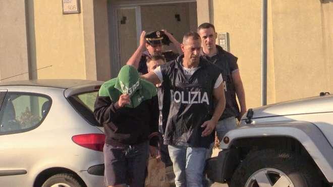 WCENTER 0WNHCGJENE  -  ( Mino Ippoliti - porto ostia polizia arresto 55-1.jpg )
