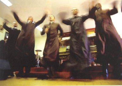 Prete canta e balla a fine cerimonia VIDEO