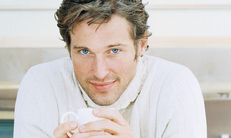 uomo occhi azzurri