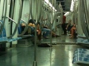 Fanno sesso in metro a Roma e gli scattano la foto