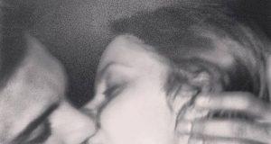 Anna e Emanuele bacio in bianco e nero