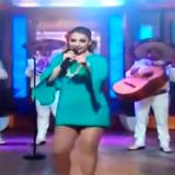 Patricia Navidad canta e le scivola l'assorbente