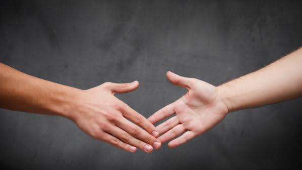La sottovalutata stretta di mano