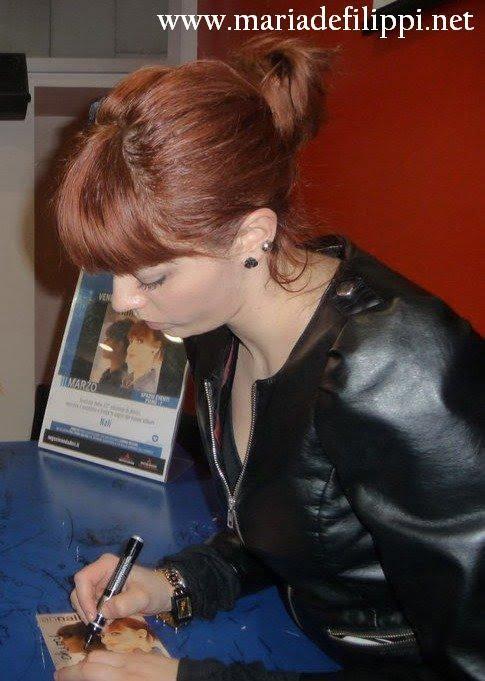 Annalisa firma gli autografia a Milano
