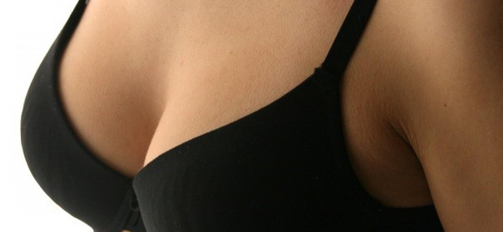 Piccoli punti su uno stomaco e un petto